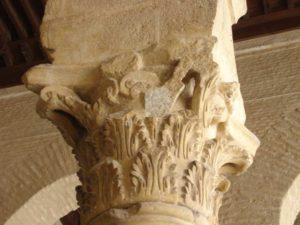 Kolonnen är dekorerad med blad från mjukakantus